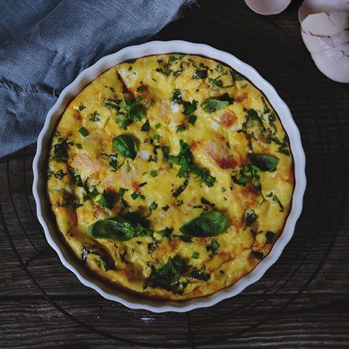 Omlet z wędzonym łososiem i kaszą jaglaną